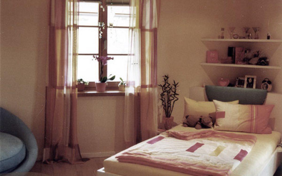 Mädchenzimmer: Bett, Vorhänge und Sitzecke