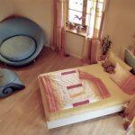 Mädchenzimmer: Sitzecke, Bett und Regal