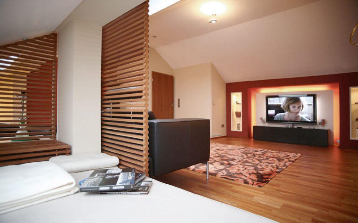 Innenarchitektur Umbau Dachgeschoss: Blick aus Liegeecke in den Raum