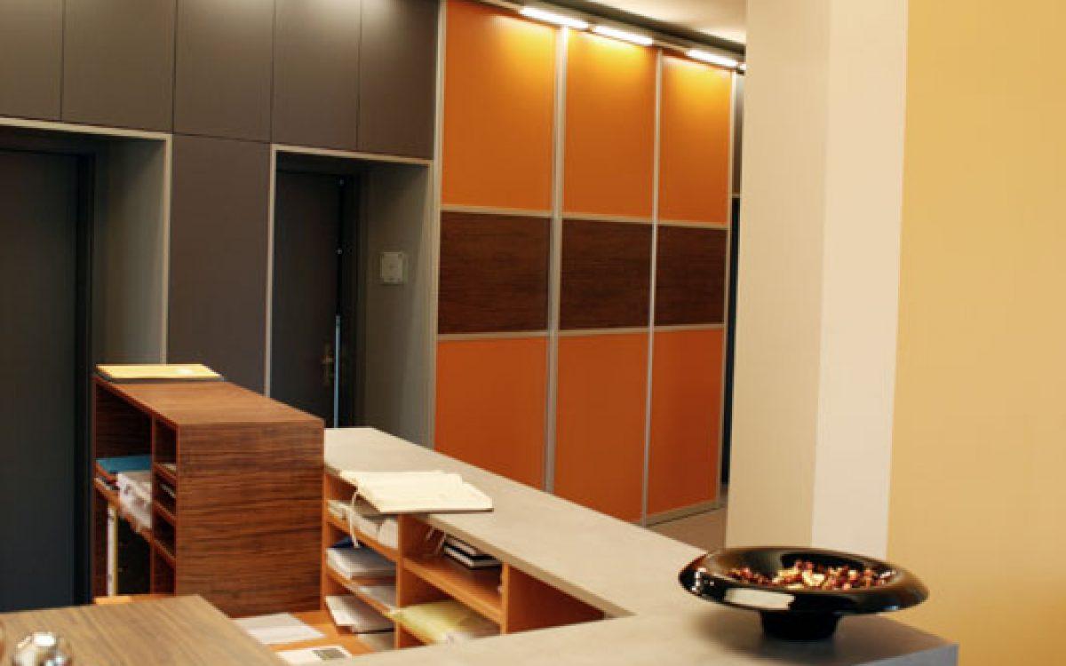 Renovierung Büroräume: Empfangstresen mit Deckenlicht und verkleideter Schrankwand