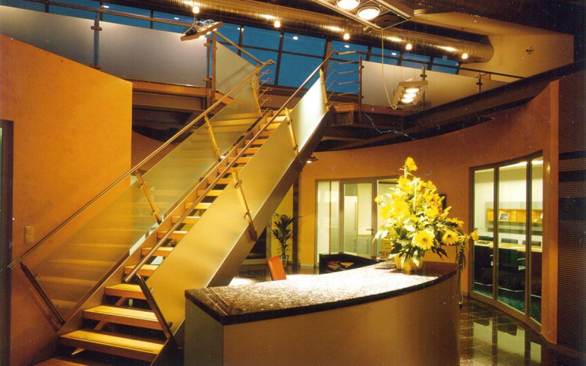 Innenarchitektur Geschäftsräume: Empfang mit Treppe auf Galerie