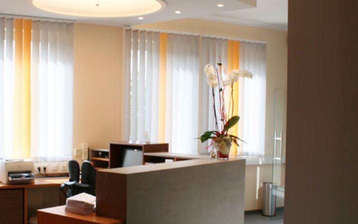 Renovierung Büroräume: Empfang, Tresen mit Lichtkonzept