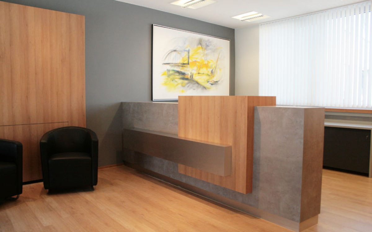 Renovierung Bürogebäude: Empfang mit Tresen, Kunstwerk und Wartezone