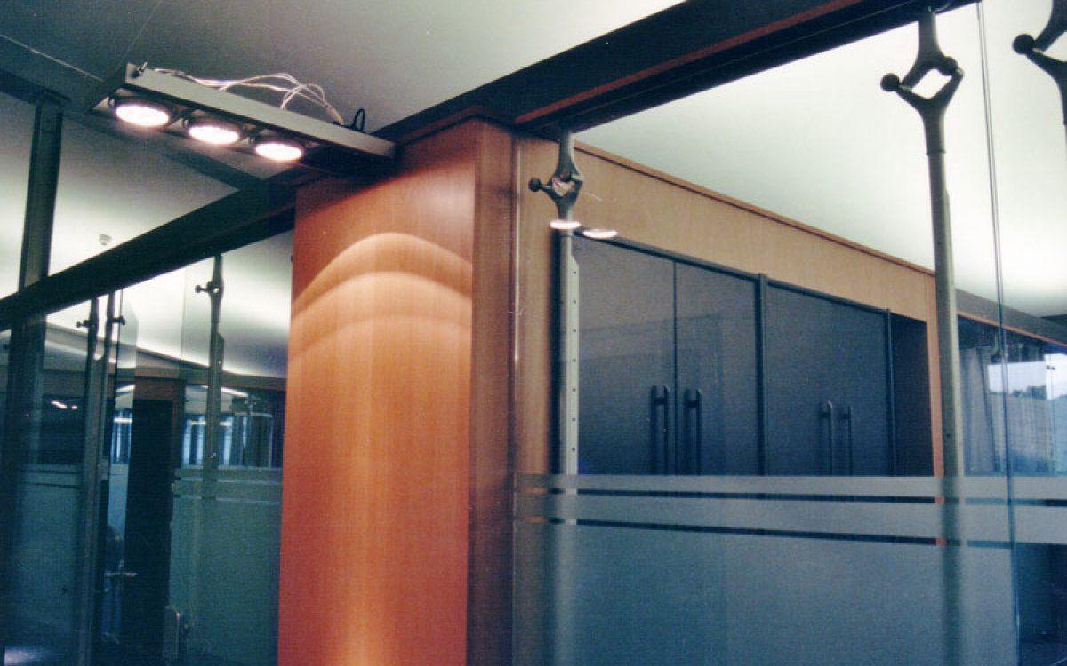 Innenarchitektur Geschäftsräume: Konstruktion Glaswand und Deckenleuchte