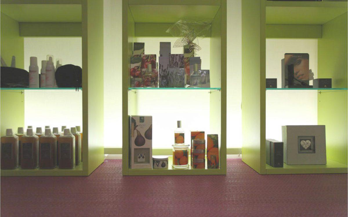Innenarchitektur Ausbau Kosmetikstudio: Hinterleuchtetes Regal mit Kosmetika