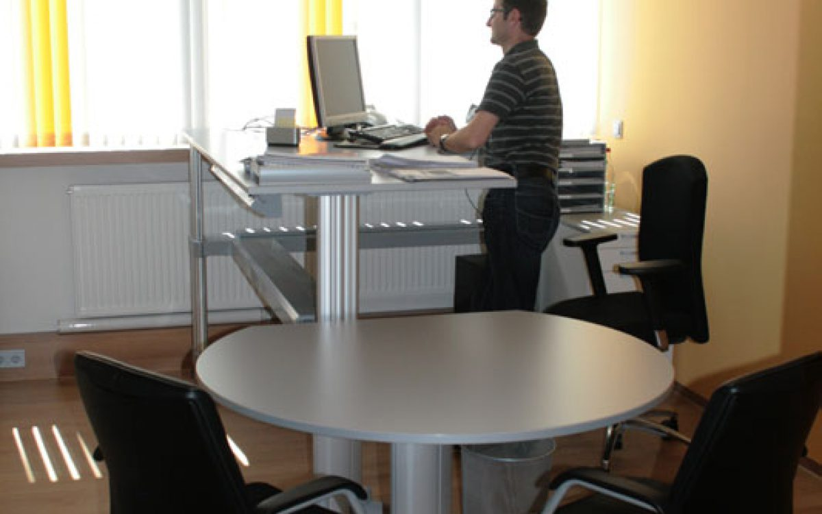 Renovierung Bürogebäude: Hoehenverstellbarer Schreibtisch, Einrichtung