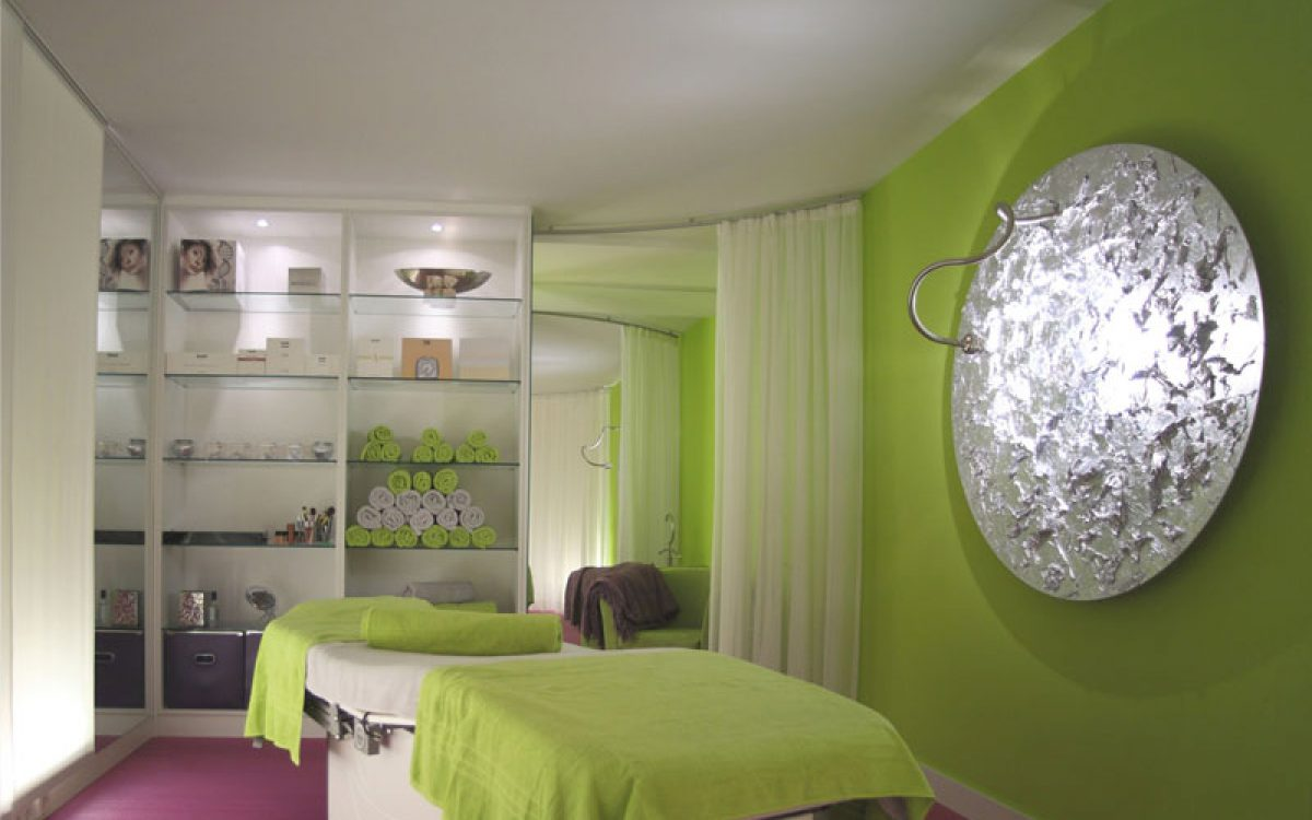 Innenarchitektur Ausbau Kosmetikstudio: Behandlungsraum mit Warenpräsentation