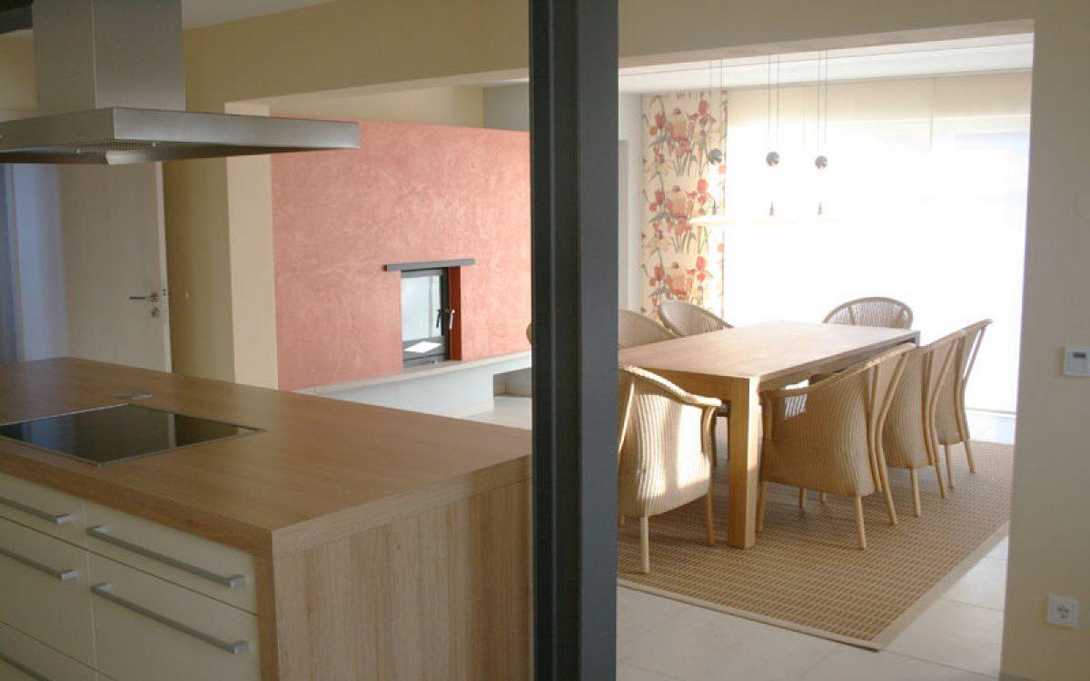 Innenarchitektur offene Küche: Blick in Essbereich mit Kamin