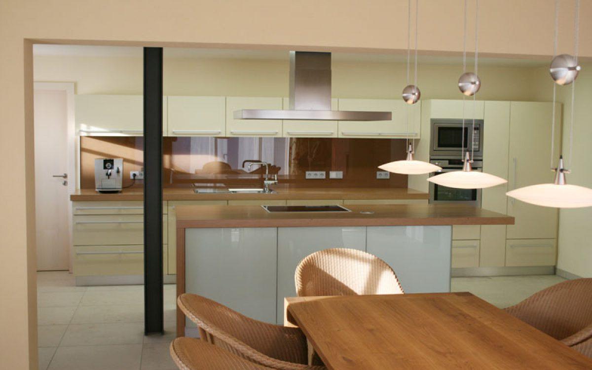 Planung und Ausbau einer offenen Küche mit Kamin | Innenarchitektur
