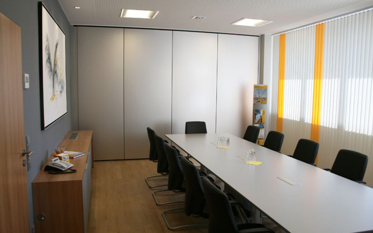 Renovierung Bürogebäude: Meetingraum mit Akustikwand