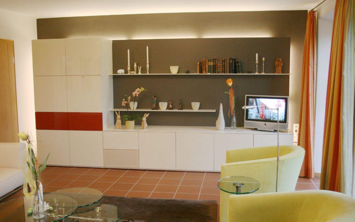 Renovierung Wohnzimmer: Schrankwand mit diskreter Lichtführung