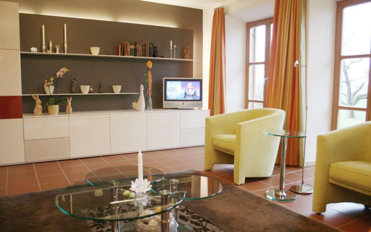 Renovierung Wohnzimmer: Schrankwand mit Sesseln