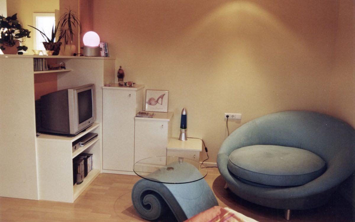 Mädchenzimmer: Regal mit TV und Sitzecke