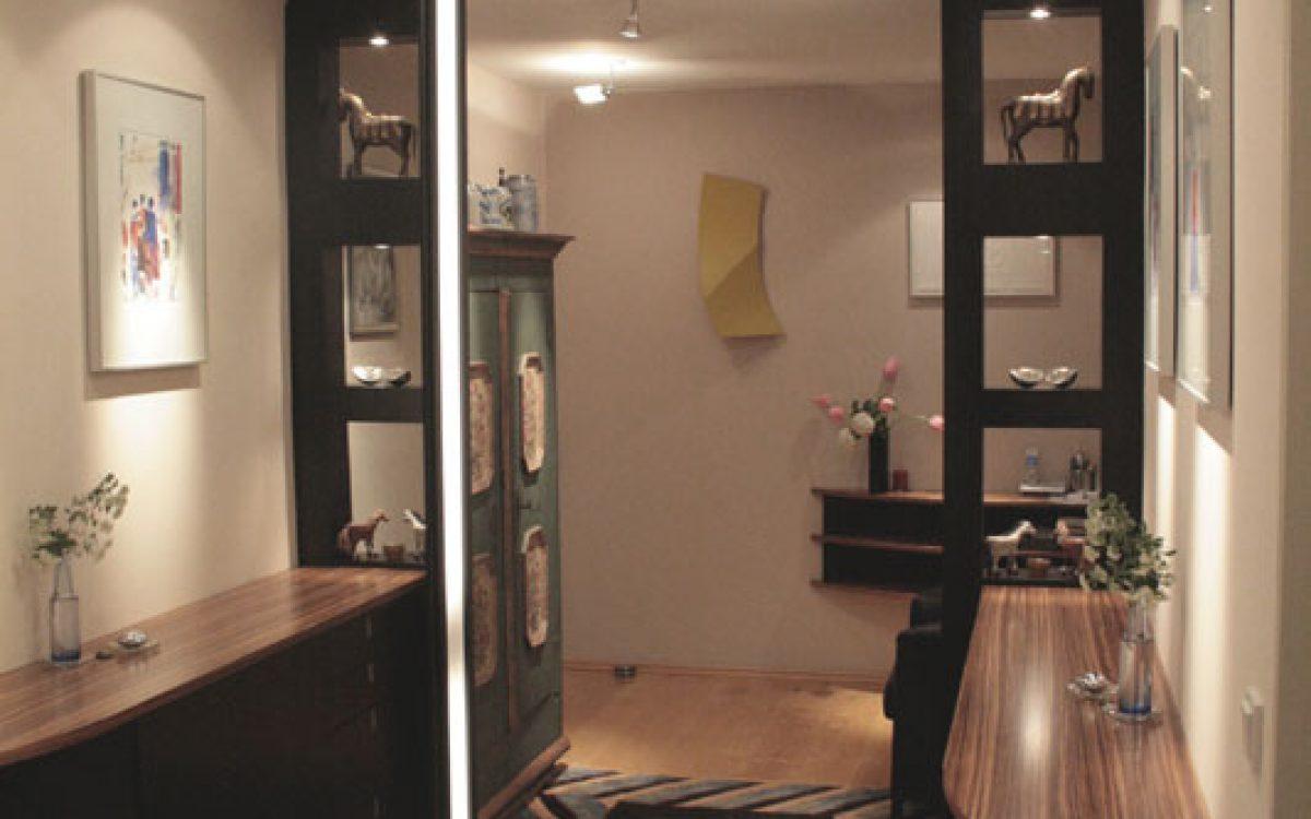 Einrichtung Flur: Spiegel, Lichtlisene, Sideboard
