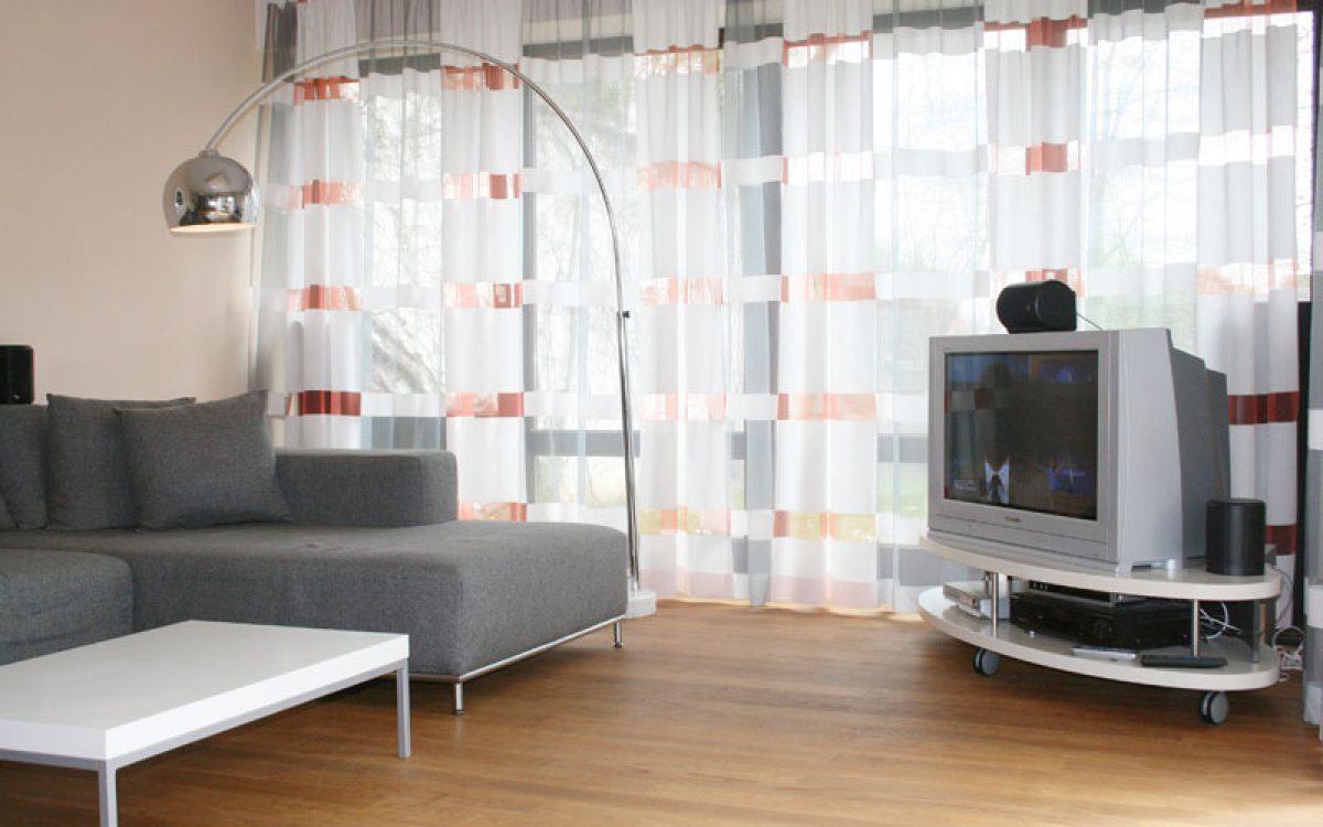 Neugestaltung Wohnzimmer: Einrichtung und Vorhang
